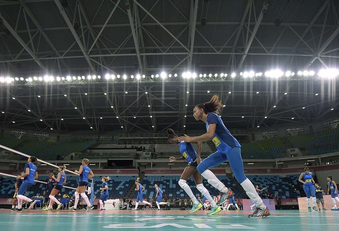 Seleção brasileira feminina de vôlei treinou nesta segunda-feira na Arena Carioca 1 (Foto: Alexandre Loureiro/CBV)