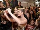 Katy Perry aparece com os cabelos curtinhos e platinados em premiação