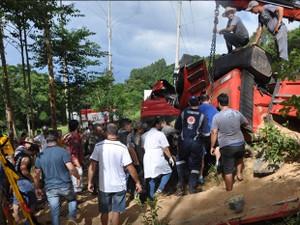 Além do Corpo dos Bombeiros, a própria comunidade auxiliou no resgate (Foto: Portela Online/Divulgação)