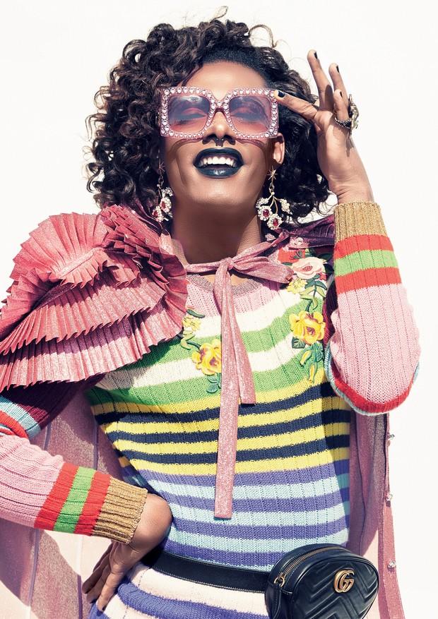 Blusa (R$ 6.930) e saia (R$ 7.470), ambas de tricô, camisa de lurex (R$ 15.540), óculos (R$ 3.995), brincos (R$ 2.860), anel (R$ 3.690) e pochete de couro (R$ 4.140). Todas as peças são da Gucci (Foto: Cassia Tabatini)