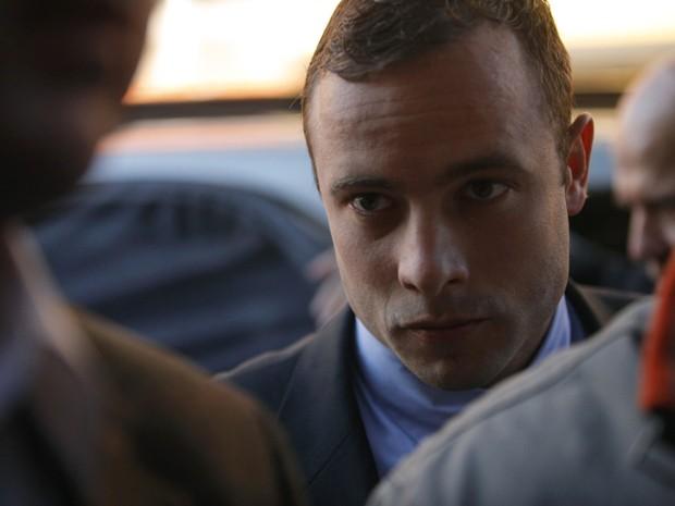 Pistorius se apresenta à Justiça em Pretória, na África do Sul, nesta terça-feira (4). (Foto: Mike Hutchings/Reuters)