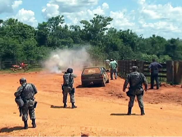 Confronto entre produtores e polícia em Maraiwatsede (Foto: Reprodução/TVCA)
