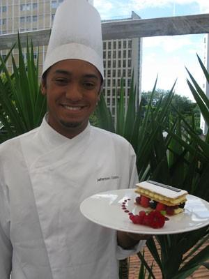 Jeferson posa junto de uma de suas sobremesas (Foto: Lívia Machado/G1)