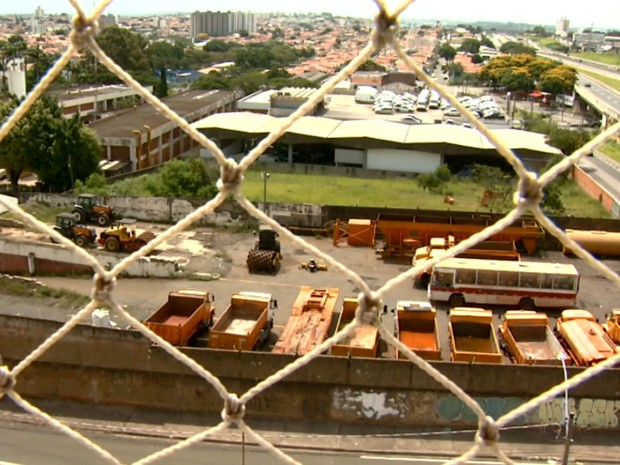 Caminhões abandonados com água nas caçambas preocupa moradores de Campinas (Foto: Reprodução / EPTV)