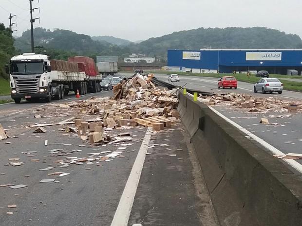 Carga de cerâmica tombou sobre a BR-101 em Joinville e interditou rodovia (Foto: PRF/ Divulgação)
