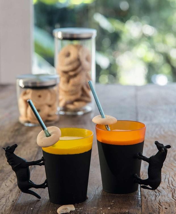 • Modernidades à mesa: quadrúpedes grudados aos copos com cola instantânea, pintados com tinta acrílica. Potes (ao fundo) Camicado (Foto: Cacá Bratke/Editora Globo)