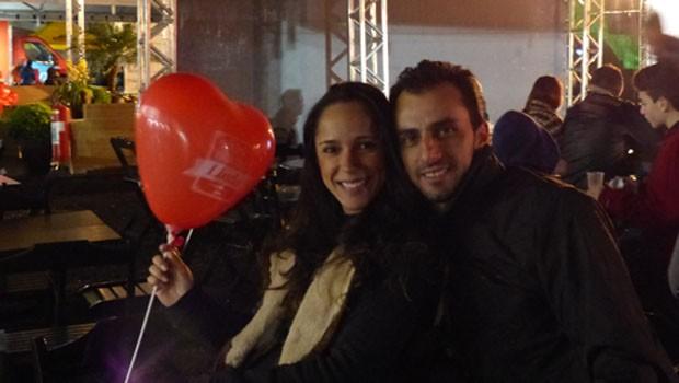 Casais aproveitam os balões para fazer fotos românticas no Dia dos Namorados (Foto: Divulgação/RPC)