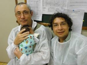 Luiz Carlos (à esquerda), o seu companheiro Aguinaldo Silvestre e o bebê (Foto: Arquivo Pessoal)