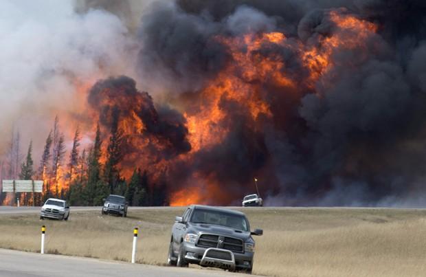 Incêndio avança em Alberta, no Canadá, pelo sétimo dia consecutivo  (Foto: Jonathan Hayward /The Canadian Press/AP)