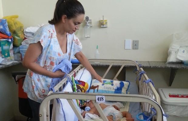 Pediatra cuida de bebê em hospital de Goiânia, Goiás (Foto: Renata Costa/ TV Anhanguera)
