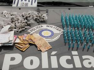 Pinos de cocaína, porções de maconha, dinheiro e anotações foram apreendidas no Campo dos Alemães, em São José  (Foto: Divulgação / Baep)
