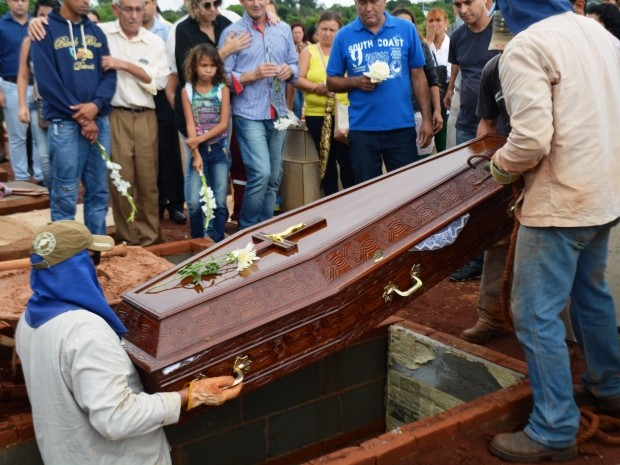 Michelli Nogueira foi enterrada em Sumaré, na manhã desta quarta-feira (Foto: Fernando Pacífico / G1 Campinas)