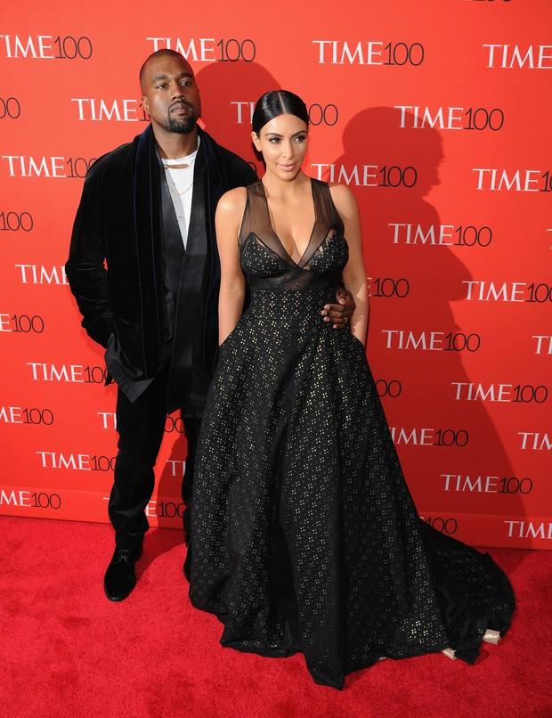 Kanye West e Kim Kardashian no tapete vermelho da festa da revista Time, nesta terça-feira, 21, em Nova York (Foto: Getty Image)