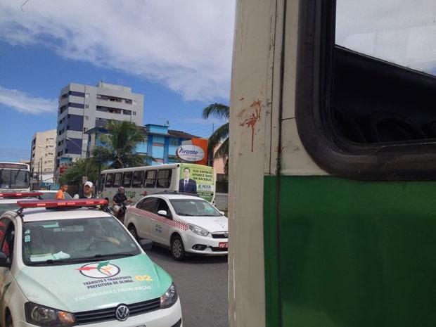 Homem estava com braço do lado de fora do ônibus, em Olinda (Foto: Kety Marinho / TV Globo)
