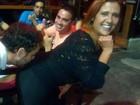 Ex-BBB Adrilles beija bumbum de Rita Cadillac