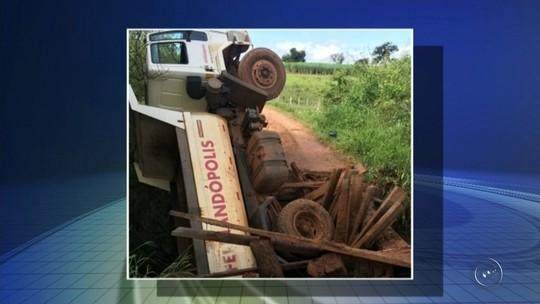 Caminhão afunda após ponte de madeira ceder em Fernandópolis