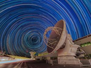 Em 'rastros de estrelas', céu forma circunferências a partir dos pontos de luz daqueles corpos celestes (Foto: Divulgação)