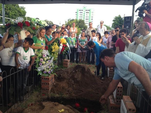 Enterro José Ricardo (Foto: Luana Leão/G1)
