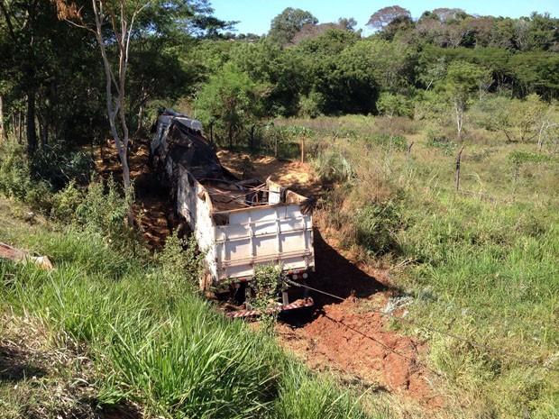 Motorista jogou o veículo, com os policiais, em ribanceira (Foto: Wellington Roberto/G1)