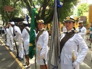 Mulheres da Marinha fazem parte de desfile que sai do Corredor da Vitória, em Salvador (Foto: Henrique Mendes/ G1)