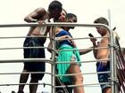 Nego do Borel troca beijos em bloco de carnaval comandado por Anitta