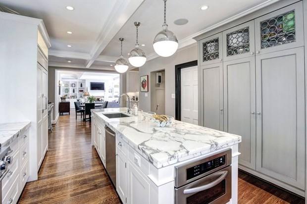 A cozinha tem bancada de mármore, uma das tendências de 2017 (Foto: Reprodução)