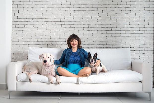 Mãe, mulher, empresária e atriz: Regiane Alves conta como consegue conciliar todos os compromissos e ainda cuidar dos cachorros Lolla e Tarantino no dia a dia (Foto: Chico Cerchiaro/Divulgação)