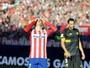 Atlético de Madrid tropeça no Sevilla e deixa o Barça na ponta do Espanhol