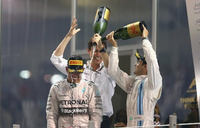 Felipe Massa joga champanhe em Lewis Hamilton no pódio do GP de Abu Dhabi (Foto: Getty Images)