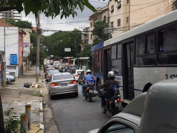 Vias da região de Pinheiros ficaram travadas por causa de protesto (Foto: G1)