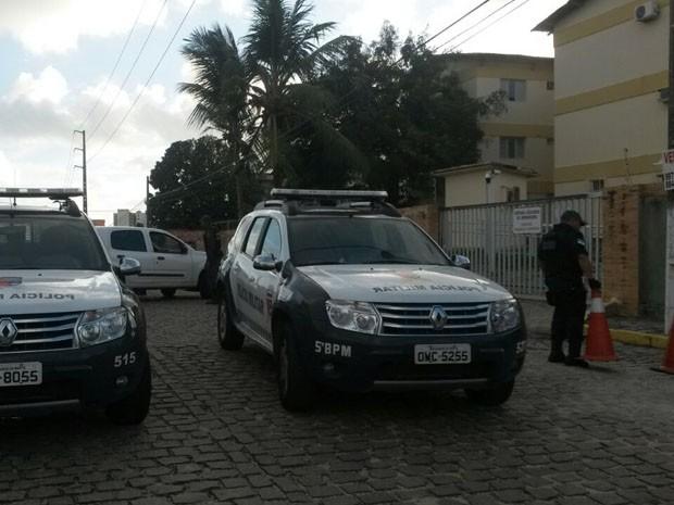 Policiais ouviram seis tiros no apartamento durante a noite (Foto: Marksuel Figueredo/Inter TV Cabugi)