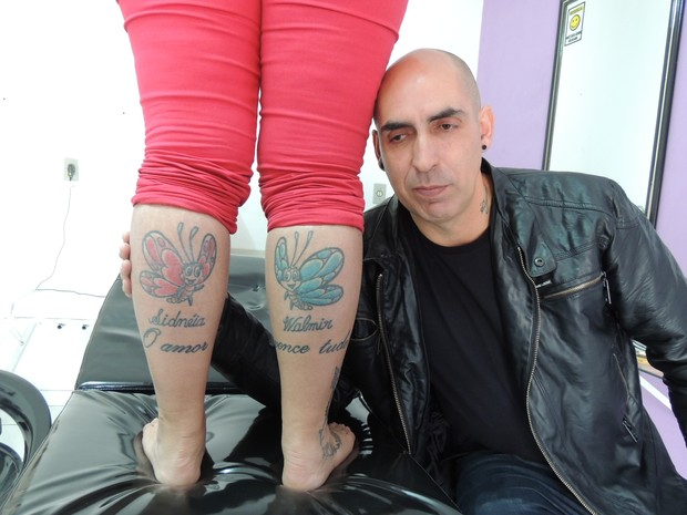 """Thaine traz nas pernas a frase """"O amor vence tudo"""" junto com os nomes dos pais (Foto: Carolina Paes/ G1)"""
