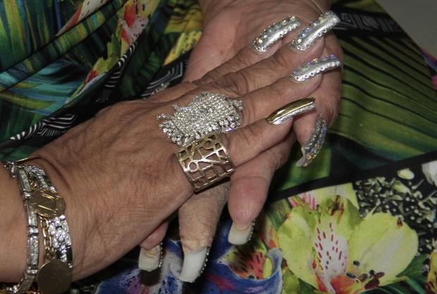Detalhes da unha de ouro de Alcione no dedo mindinho da mão direita (Foto: Isac Luz/EGO)