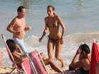 De biquíni de oncinha, Alice Dellal vai à praia no Rio