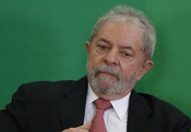 O ex-presidente Luiz Inácio Lula da Silva aplaude durante discurso de Dilma Rousseff na cerimônia de posse dos novos ministros no Palácio do Planalto, em Brasília (Foto: Igo Estrela/Getty Images)