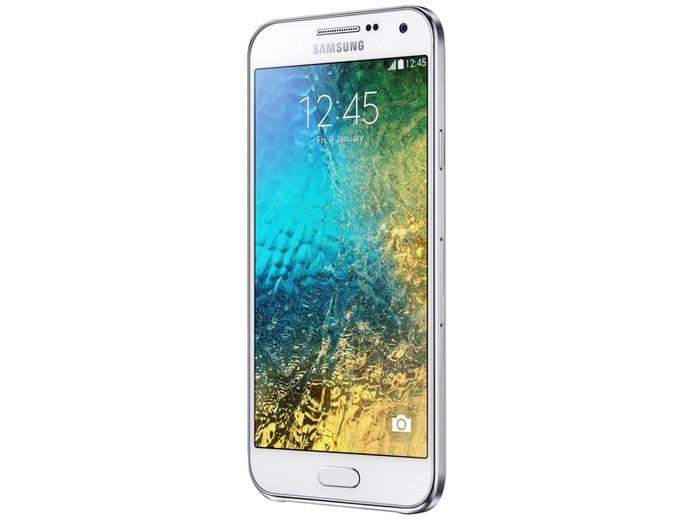 Novos Galaxy E5 e E7 são intermediários com design similiar à linha A, mas sem metal (Foto: Divulgação/Samsung)
