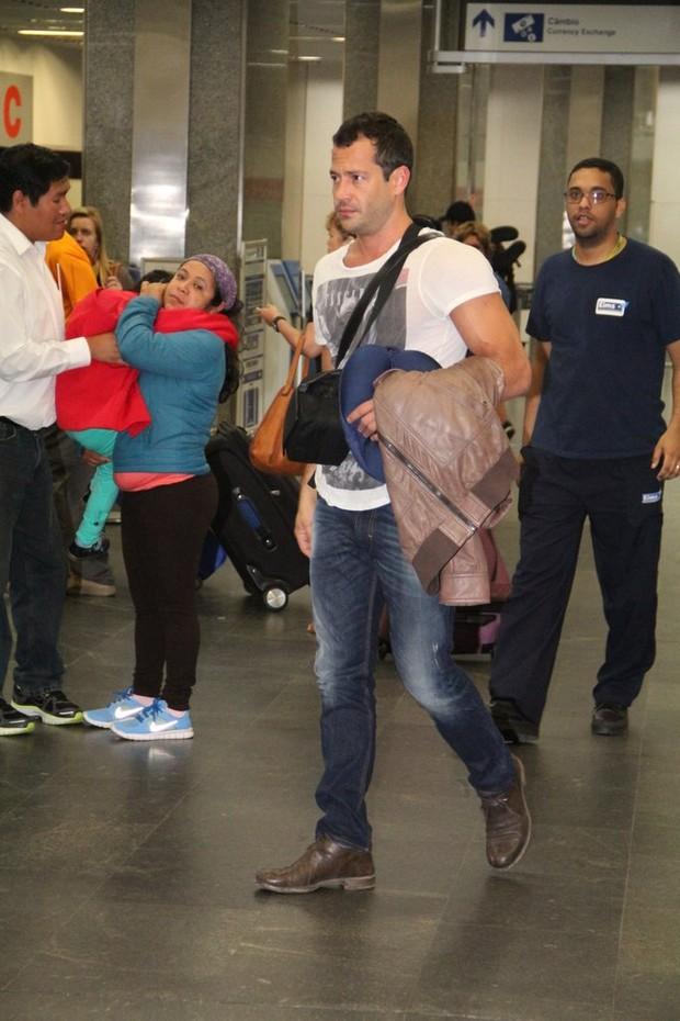Malvino Salvador chega ao aeroporto (Foto: Rodrigo dos Anjos/Ag News)