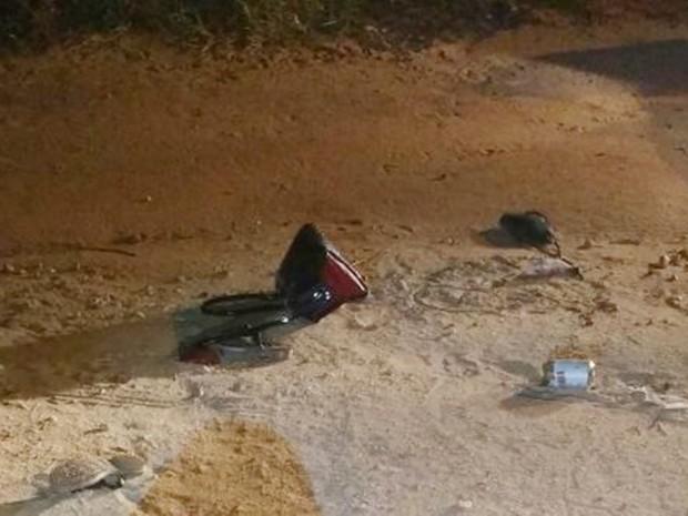 Ao lado do corpo, ficaram as sandálias, a bolsa da vítima e uma latinha de cerveja (Foto: PM/Divulgação)