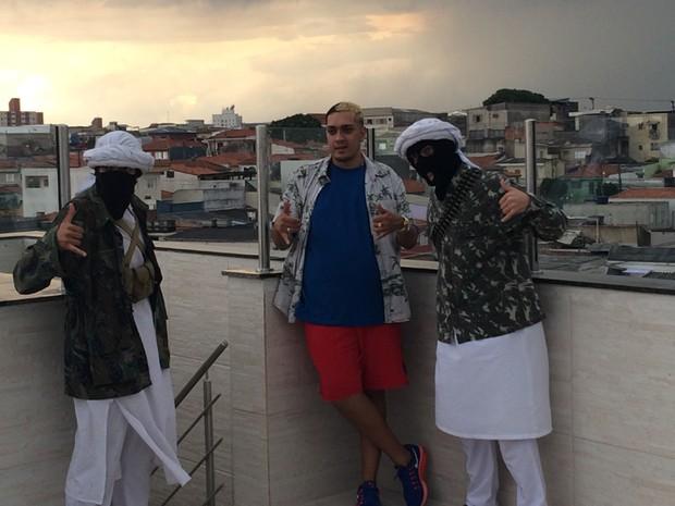 MC Bin Laden ao lado de seus 'ajudantes', Saddam e Salahim, na laje da casa da produtora KL, em São Paulo (Foto: Rodrigo Ortega / G1)