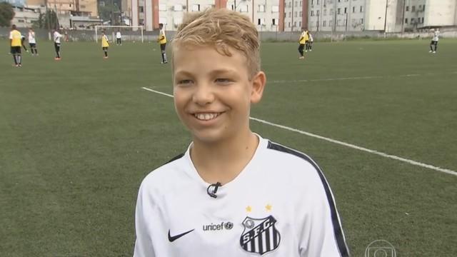 Caio Xavier, de 12 anos, joga na categoria de base do Santos (Foto: Reprodução/TV Tribuna)
