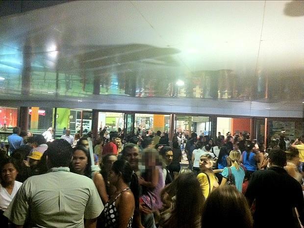 Pessoas saíram correndo do shopping durante confusão (Foto: G1)