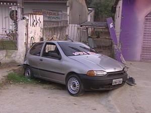 Carro subiu na calçada e atropelou casal que passava no local (Foto: Reprodução/RBS TV)