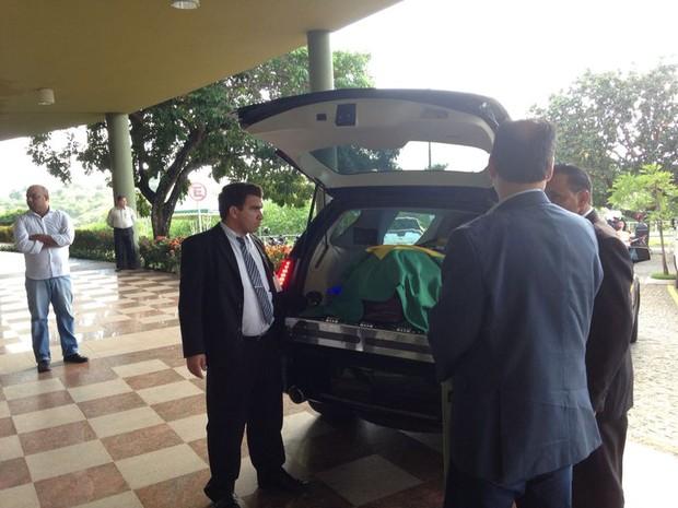 Veículo levou caixão do parlamentar da Alepe ao Cemitério Morada da Paz, em Paulista (Foto: Débora Soares/G1)
