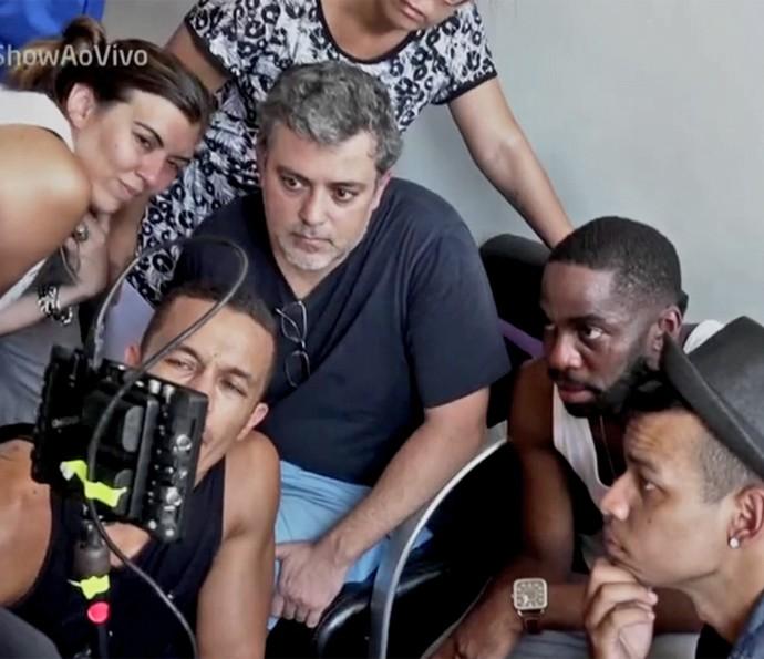 Lázaro Ramos dá orientações durante gravação de clipe (Foto: Vídeo Show / TV Globo)