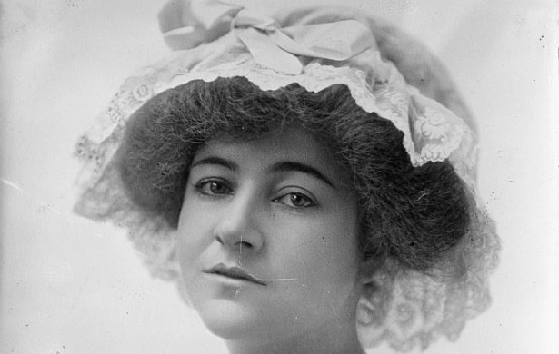 A jovem socialite Dorothy Arnold, desaparecida em 12 de dezembro de 1910, é uma lenda em Nova York. A moça, filha de um grande importador de perfumes, saiu para fazer compras naquele dia e nunca mais foi vista. Estranhamente, a família dela preferiu que as investigações sobre o sumiço fossem conduzidas por um advogado particular, e só relataram o caso à polícia depois de SEIS SEMANAS. Alguns acham que ela queria ser escritora e, como a família a impedia, ela se matou. O pai dela costumava dizer que ela devia ter sido atacada por alguém quando passou pelo Central Park naquele dia. Dorothy tinha apenas 25 anos. (Foto: Domínio Público)