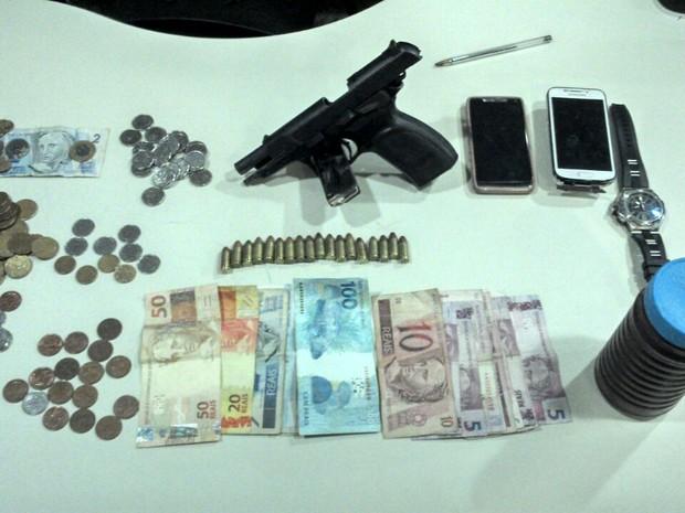 Dinheiro e dois celulares também foram apreendidos (Foto: Divulgação/ PMES)
