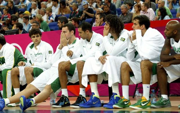 Banco de reservas da seleção de basquete, Brasil x Argentina (Foto: Agência Reuters)