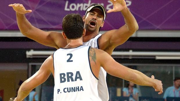 Ricardo e Pedro Cunha x  Binstock e Reader , volei de praia, Brasil e Canadá (Foto: Agência AFP)