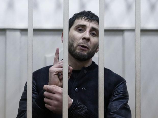 Zaur Dadayev, acusado de participar no assassinato do opositor russo Boris Nemtsov, é fotografado em cela de Moscou neste domingo (8) (Foto: Tatyana Makeyeva /Reuters)
