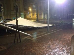 Estrutura da Feira do Livro de Porto Alegre caiu com o vento (Foto: Paulo Ledur/RBS TV)